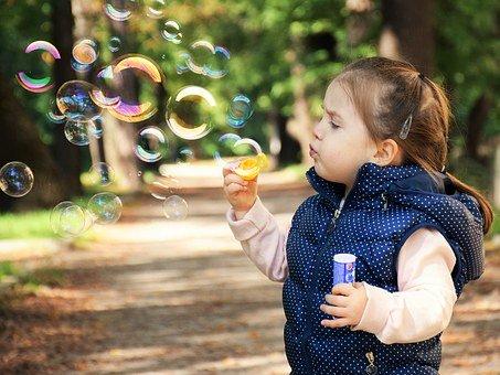 dítě bubliny venku