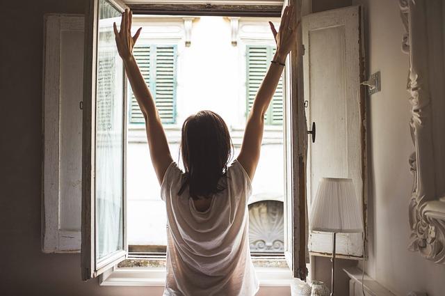 dívka v okně