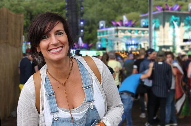 žena na festivalu