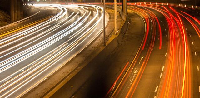 silný večerní provoz na dálnici.jpg