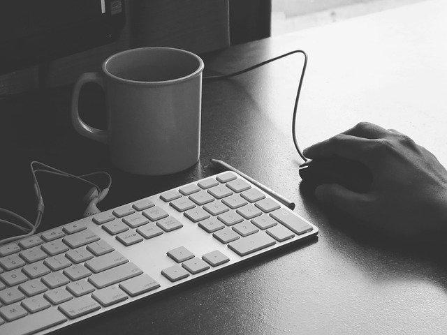 rozklikávání konkrétních webů pro nalezení odpovídající práce