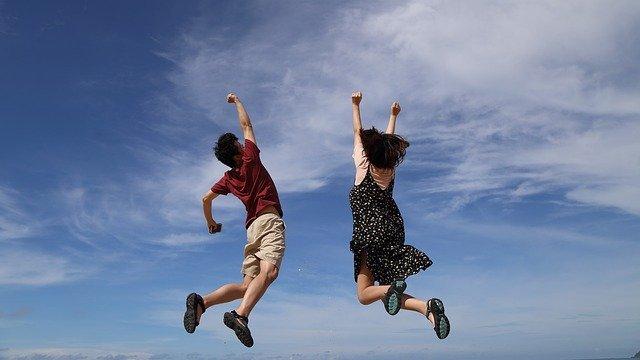 muž a žena při výskoku